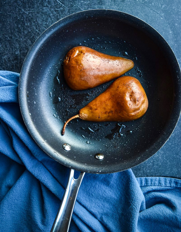 baked pears in a pan